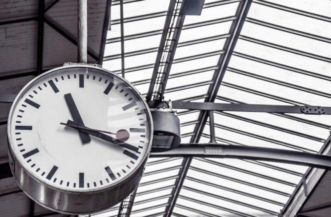 ceasul - timp necrutator - cine moare - Pablo Neruda