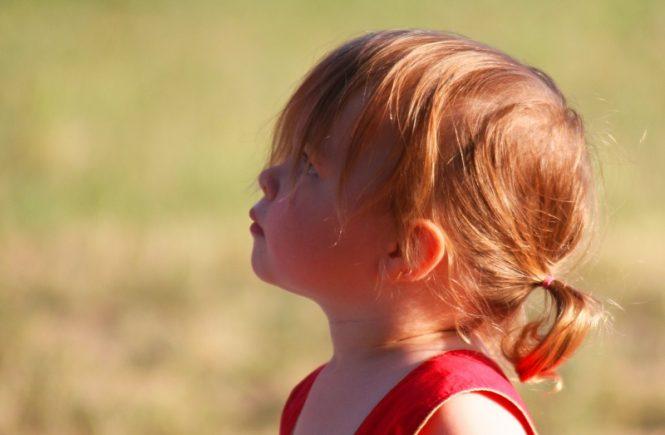 fetita privind spre zari albastre